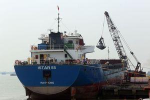 Tăng nặng mức xử phạt vi phạm xếp hàng quá tải tại cảng biển
