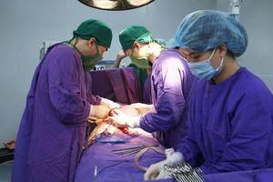 Quảng Ninh: Cắt bỏ quả lá lách khổng lồ nằm trong bụng cụ bà 70 tuổi