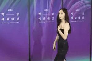 Krystal (Fx) gặp sự cố trang phục suýt lộ hàng tại thảm đỏ trao giải Baeksang 2021