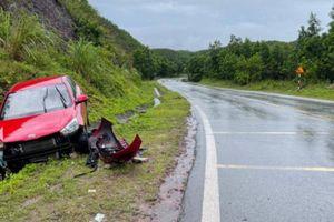 Ô tô đâm vào vách núi, nữ tài xế thoát chết