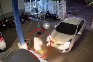 Đỗ xe vào nhà, ô tô lỡ đà đâm thẳng đuôi xe phía trước