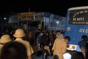 Xe máy đối đầu xe buýt, 2 người tử vong