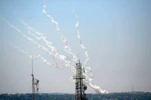 Hamas phóng rocket nặng 250kg, tấn công sân bay Israel