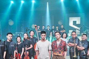 SOOBIN 'phá đảo' 12 nhạc cụ và 32 nhạc công trong MV 'The Playah' phiên bản mới