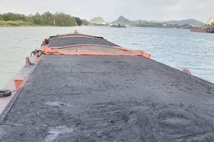 Bắt giữ tàu vận chuyển gần 1 nghìn tấn sản phẩm ngoài than không rõ nguồn gốc