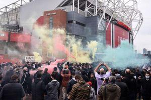 CĐV MU tiếp tục làm loạn ở Old Trafford
