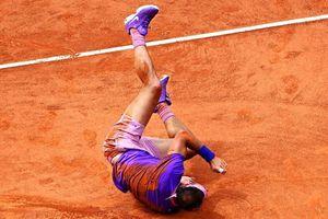 Nadal lấm lem trong chiến thắng trước Zverev