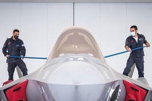 'Rửa máy bay chiến đấu', công việc quan trọng nhưng ít người được biết