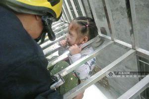Bé gái 2 tuổi bị kẹt đầu lơ lửng ở chuồng cọp tầng 6 chung cư