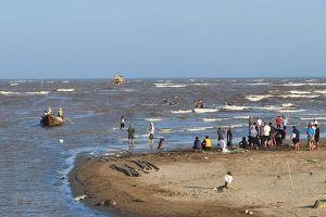 Nam Định: Đã tìm thấy thi thể 3 nữ sinh bị sóng biển cuốn trôi