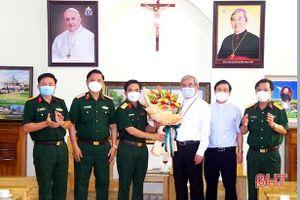 Tư lệnh Quân khu 4 chúc mừng Giám quản Tông tòa Giáo phận Hà Tĩnh