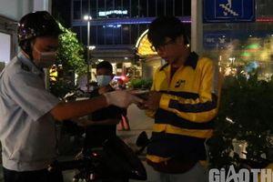 TP.HCM: Kiểm tra, nhắc nhở, phát khẩu trang trên phố đi bộ Nguyễn Huệ