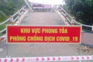 Người đàn ông bế con nhỏ đang sốt từ Campuchia vượt biên về An Giang