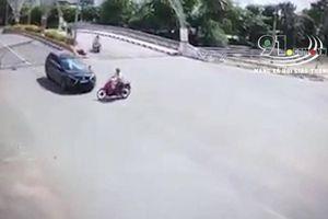 Người đàn ông bị ô tô tông ngã văng khi phóng nhanh qua ngã tư