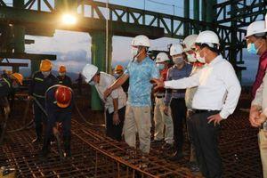 Hợp long nhịp đầu tiên cây cầu sáu làn xe bắc qua vịnh Cửa Lục