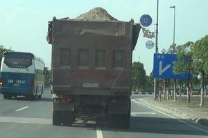 Xe chở 'có ngọn' tung hoành, bụi cuốn cầu Nhật Tân, đường Võ Nguyên Giáp