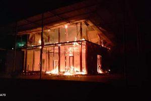 Clip gia chủ bất lực nhìn căn nhà gỗ hai tầng vừa mới dựng bị cháy thành than