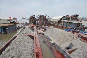Nam Định: Bắt 5 tàu khai thác cát trái phép trên sông Ninh Cơ