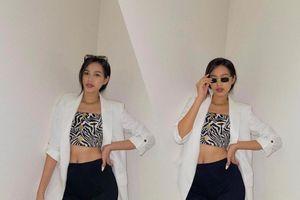 Hoa hậu Đỗ Thị Hà lên đồ năng động, khoe eo thon thả ra hành lang tạo dáng sành điệu