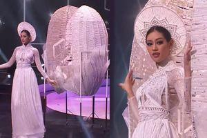 Khánh Vân tại National Costume khiến nhiều người 'thót tim': Bực bội nhất vẫn là góc quay 'dìm hàng'