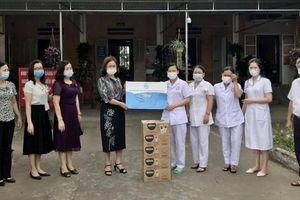 Hội LHPN TP Hải Phòng thăm, tặng quà người dân khu vực phong tỏa ở xã Tiên Thắng