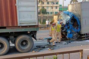 Giải cứu tài xế ô tô tải mắc kẹt sau va chạm với xe container trên QL5