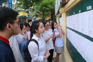 Học sinh kiểm tra kỹ thông tin về nguyện vọng dự tuyển lớp 10