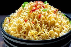 Nhỡ bữa phải ăn mì tôm cần áp dụng ngay 5 điều này để tránh 'rước độc vào thân'