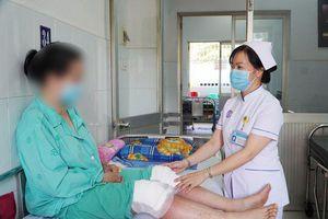 Sau đắp lá chữa đau khớp, một phụ nữ bị bỏng 2 đầu gối
