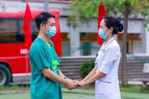 Vợ xúc động tiễn chồng lên đường chống dịch Covid-19