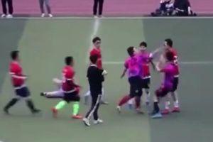 Cầu thủ Trung Quốc giẫm đạp và tát đối phương