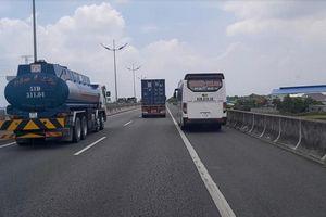 Cảnh sát giao thông phạt nguội tài xế lái xe vào làn dừng khẩn cấp trên cao tốc