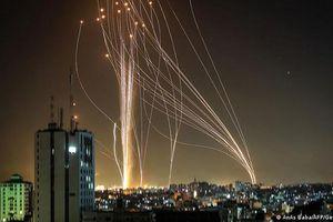 Đêm rực sáng bầu trời Israel giữa Vòm Sắt và tên lửa của Hamas