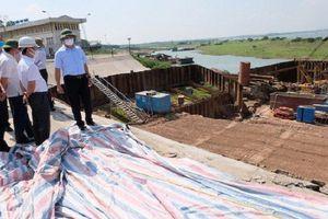 Cấp tốc xử lý sự cố nứt đê Hữu Hồng do thi công Nhà máy nước mặt sông Hồng