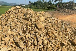 Hà Tĩnh: Khan hiếm vật liệu, nhà thầu dùng đá tảng đắp nền đường?