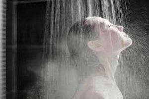 Tắm nước nóng hay nước lạnh tốt hơn
