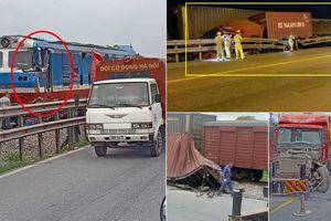 Xe container 'ngả' cạnh đường ray bị tàu hỏa chạy tới tông trúng