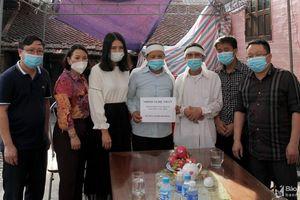 Trao tiền hỗ trợ gia đình nam sinh viên Nghệ An quên mình cứu 3 người đuối nước