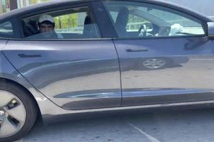 Tài xế bị bắt vì ngồi ở hàng ghế sau khi xe đang chạy