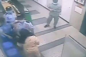 Nhắc đeo khẩu trang, bảo vệ chung cư ở Sài Gòn bị phụ nữ hành hung