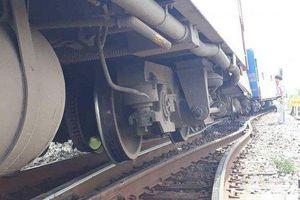 Thanh Hóa: Tàu chở khách trật bánh khỏi đường ray