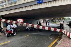 TP.HCM: Xe tải va thanh chắn gầm cầu Bông, đường Trường Sa ùn tắc