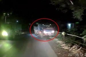 Đi ẩu, tài xế xe Ben suýt gây tai nạn, đâm đổ hàng rào nhà dân