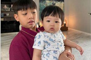 Cường Đô La khoe ảnh Subeo bế Suchin, nhìn vào thấy ngay điểm giống nhau như đúc của hai anh em