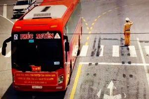 Xúc động hình ảnh CSGT chào đoàn chi viện Quảng Ninh
