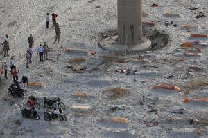 Trận mưa khiến hàng loạt thi thể lộ ra trên bãi cát bên bờ sông Hằng
