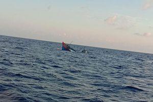 Quảng Bình: Tàu cá bị đâm chìm, hai ngư dân mất tích