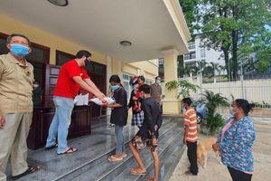 Phát quà cứu trợ hơn 400 hộ gia đình người Việt có hoàn cảnh khó khăn ở Preah Sihanouk, Campuchia