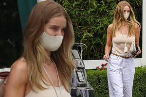 Bạn gái 'Người vận chuyển' mặc áo hai dây, không nội y ra phố