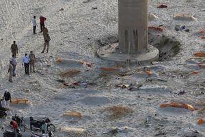 Tận thấy hàng loạt thi thể bị vùi dưới cát ven sông Hằng ở Ấn Độ